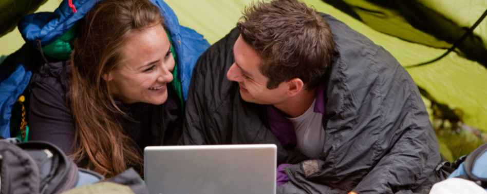 St. Peter-Ording Camping Silbermöwe: Paar mit Laptop im Zelt