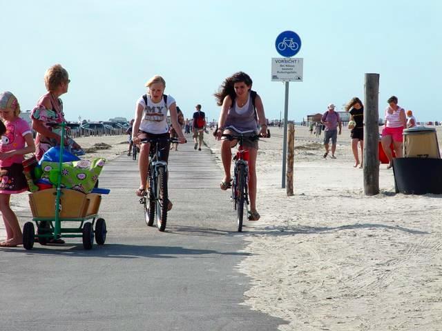 St. Peter-Ording fahrradfahrende Mädchen